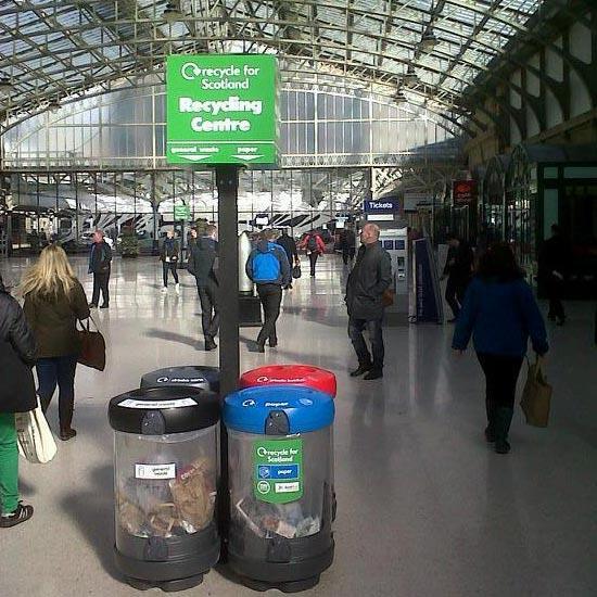 Прозрачные урны для раздельного мусора на вокзале