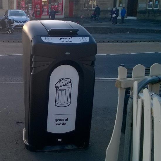 Урна-контейнер для уличного мусора с закрытым верхом