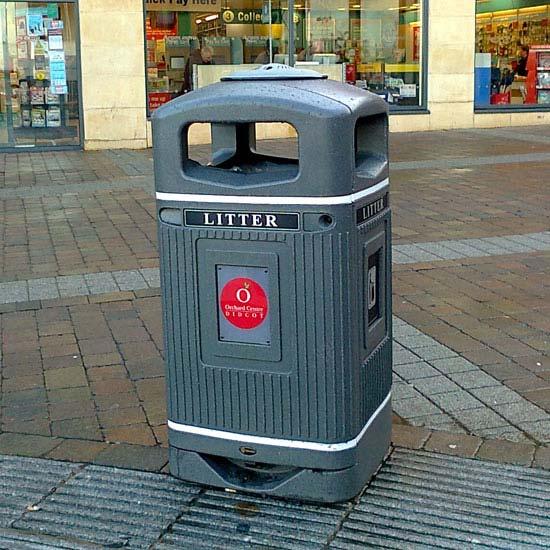 Уличная урна серая с логотипом для мусора на 110 литров