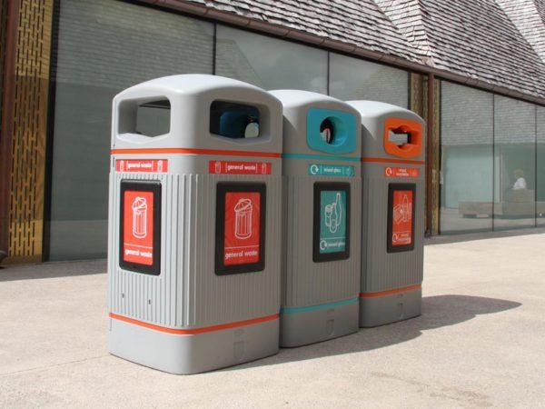 Светлые мусорные урны для раздельного сбора мусора на улице