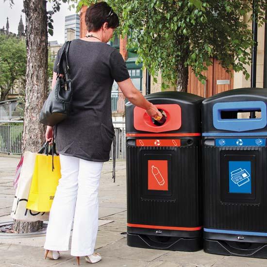 Мусорная урна для раздельного сбора пластиковых бутылок на улицах Glasdon