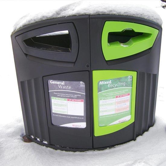 Уличная урна для раздельного сбора Nexus 200 Зимой в снегу