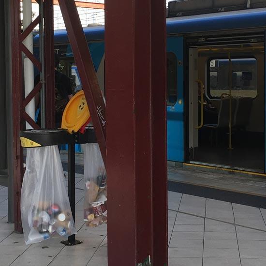 Прозрачные урны на железнодорожных станциях