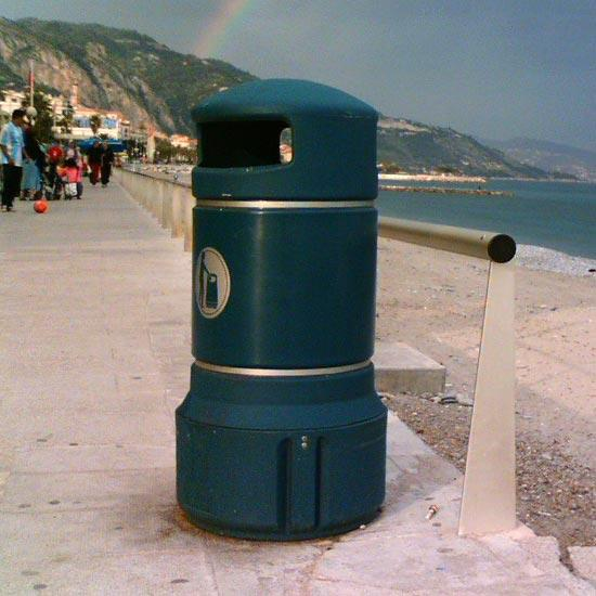 Темно-зеленая мусорная уличная урна GLASDON Plaza mini 63 литра