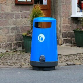 голубая мусорная урна Topsy Англия