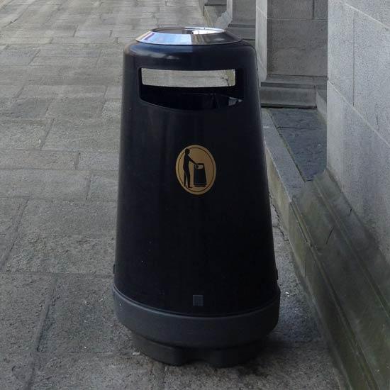 Черная цилиндрическая уличная урна с пепельницей 90 литров