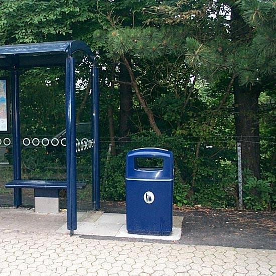 урна с пепельницей на автобусной остановке синяя