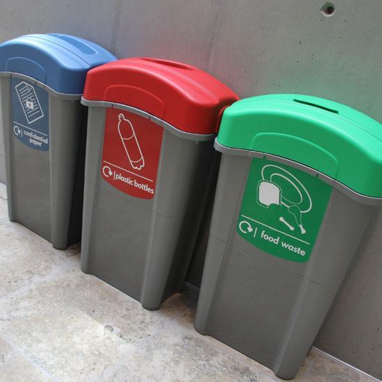 Раздельные мусорные урны для пищевых отходов, пластиковых бутылок и бумаги