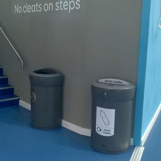 Мусорные урны у стены ENVOY 110 литров для пластиковых бутылок