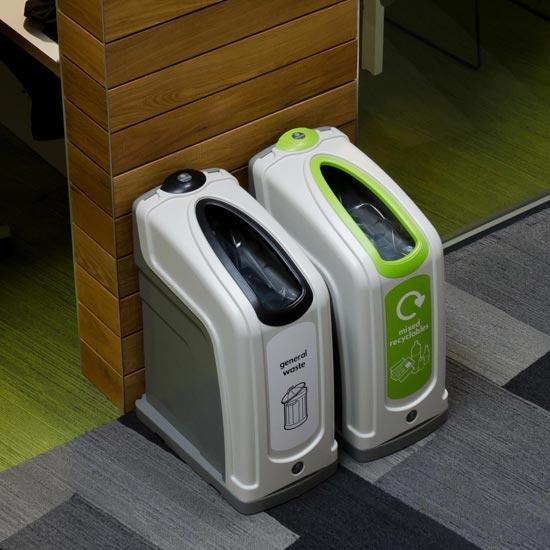Урны для сортируемого мусора в коридорах помещений NEXUS 30
