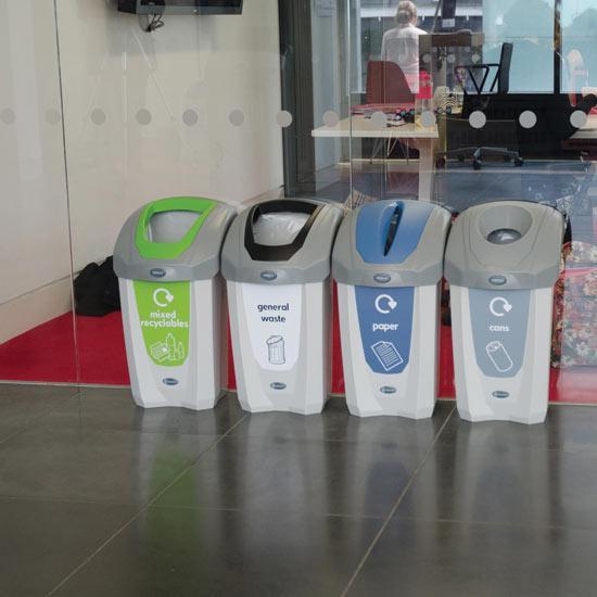 Раздельные урны для мусора, алюминиевых банок и бумаги в коридоре NEXUS 30 GLASDON
