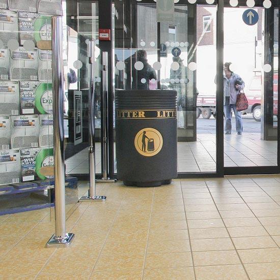 Цилиндрическая серая урна в торговом центре ADMIRAL