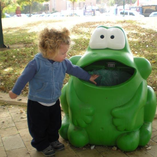 мусорная урна в виде лягушки GLASDON