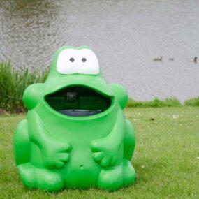 Мусорная урна в виде фигурки лягушки
