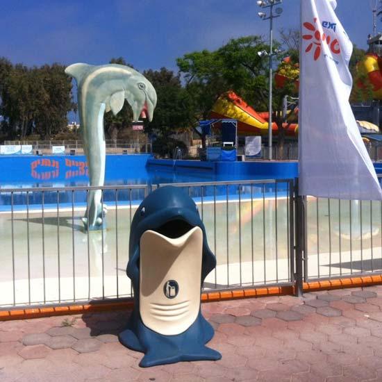 мусорка дельфин перед бассейном