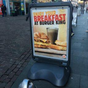 Напольный уличный двухсторонний рекламный баннер GLASDON