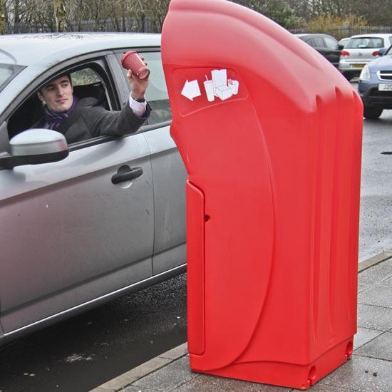 Мусор из окна автомобиля в урну Combo Delta