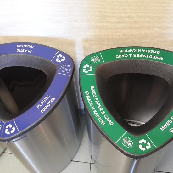 Использование нержавеющей урны для сбора бумаги, картона и пластика