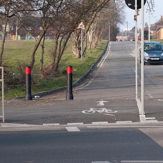 Дорожный антитаранный уличный столбик GLASDON NEO