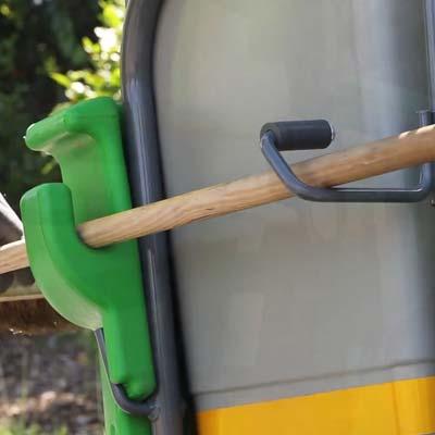 Боковое крепление для метлы тележки дворника
