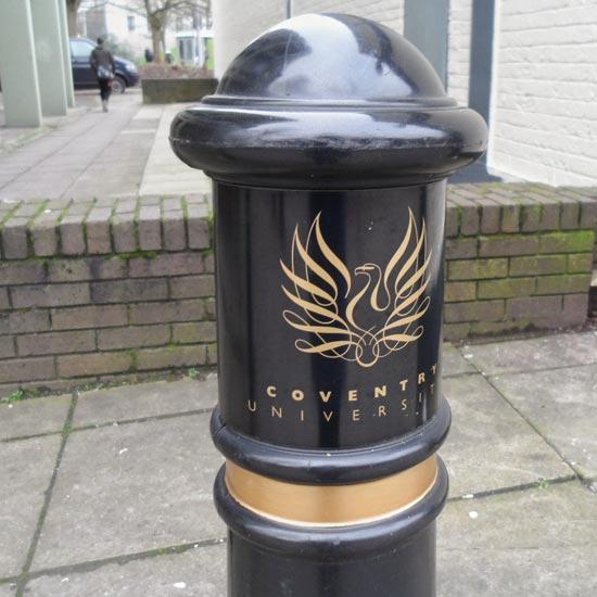 Логотип на тротуарном столбике Victory