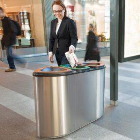 Урна для раздельного сбора мусора в торговом центре